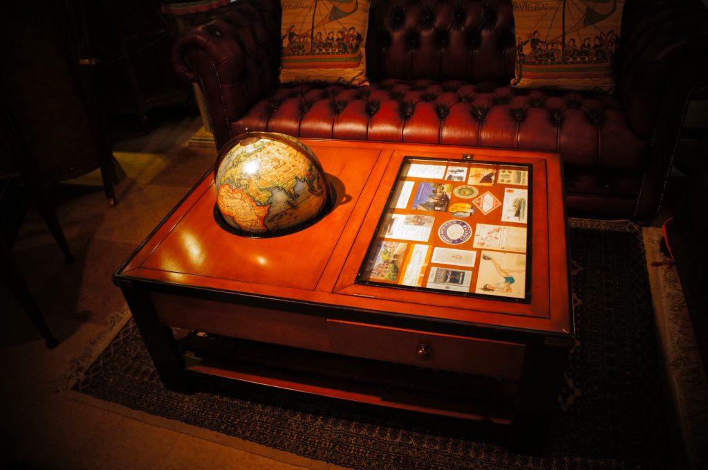 西欧輸入家具・小物 ギャラリー・グローブ テーブル (地球儀付きコレクションテーブル)|ヴァセリンランプ 西洋・アンティーク家具の専門店「家具のこばやし」- 福島県福島市アンナガーデン