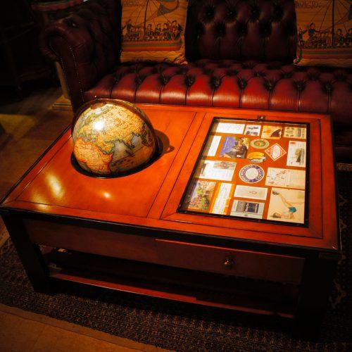 西欧輸入家具・小物 ギャラリー・グローブ テーブル (地球儀付きコレクションテーブル)|西洋・アンティーク家具の専門店「家具のこばやし」ヴァセリンガラス・ランプシェード- 福島県福島市アンナガーデン