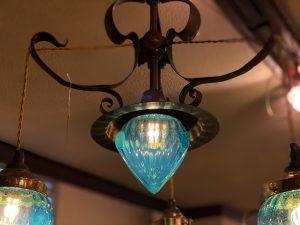 ヴァセリンガラス (NEW) アンティーク ブルーガラス・3灯シャンデリア – 63188|ヴァセリンランプ 西洋・アンティーク家具の専門店「家具のこばやし」- 福島県福島市アンナガーデン