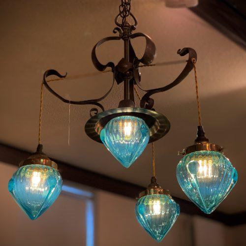 ヴァセリンガラス (NEW) アンティーク ブルーガラス・3灯シャンデリア – 63188|西洋・アンティーク家具の専門店「家具のこばやし」ヴァセリンガラス・ランプシェード- 福島県福島市アンナガーデン
