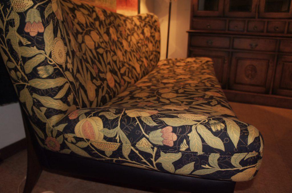 オリジナル家具 オリジナルソファ – ウィリアム・モリス / ARCHIVE WEAVES – Fruit(ブラック) ヴァセリンランプ 西洋・アンティーク家具の専門店「家具のこばやし」- 福島県福島市アンナガーデン