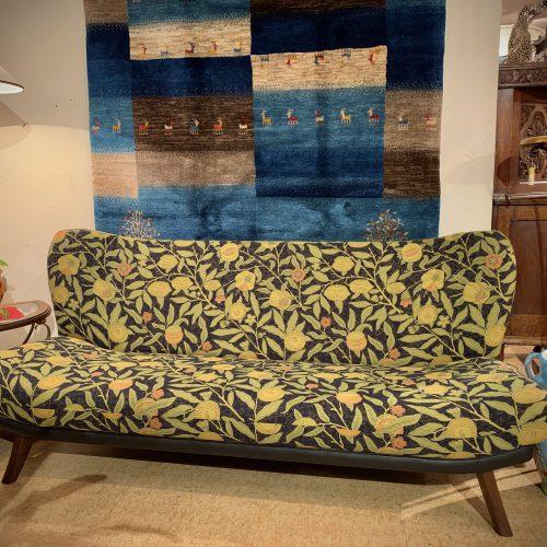 オリジナル家具 オリジナルソファ – ウィリアム・モリス / ARCHIVE WEAVES – Fruit(ブラック)|西洋・アンティーク家具の専門店「家具のこばやし」ヴァセリンガラス・ランプシェード- 福島県福島市アンナガーデン