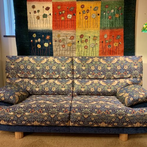オリジナル家具 オリジナルソファ – ウィリアム・モリス / Strawberry Thief (ブルー)|西洋・アンティーク家具の専門店「家具のこばやし」ヴァセリンガラス・ランプシェード- 福島県福島市アンナガーデン